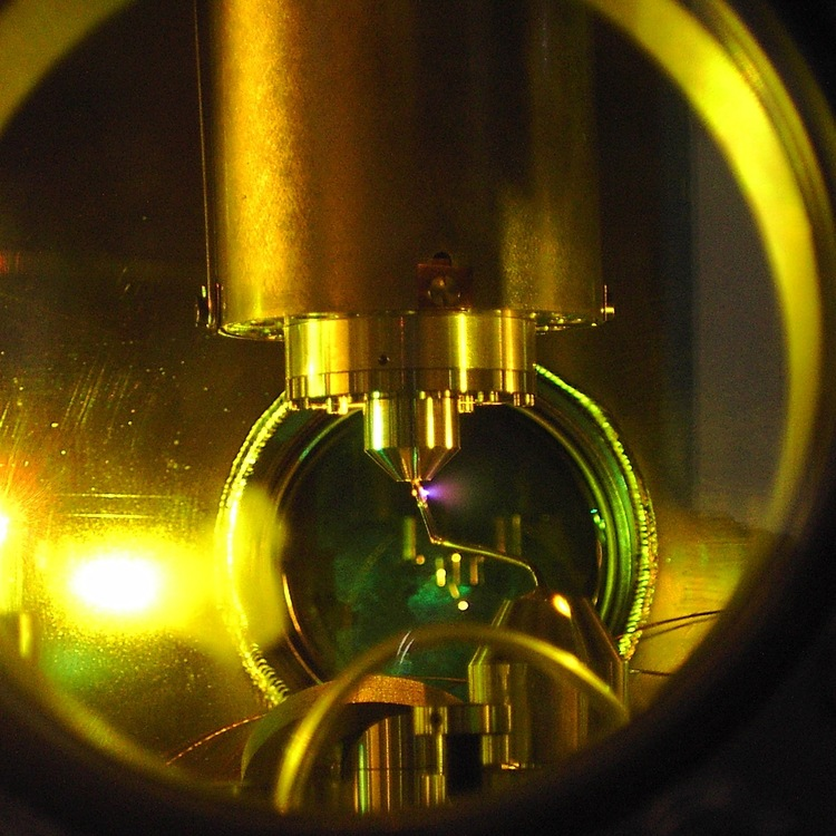 The eye of the camera. The look and working principle of an ultrafast apparatus differ radically from those of a conventional camera: krypton atoms are placed inside a vacuum chamber where they are ionized with a first laser pulse and subsequently probed by a second, ultra-short laser pulse.